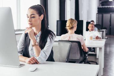 Masaüstü bilgisayar kullanarak iş kadını