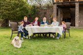 rodina na večeři v přírodě