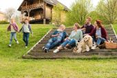 Fotografie rodina s piknik ve vesnici