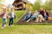 rodina s piknik ve vesnici