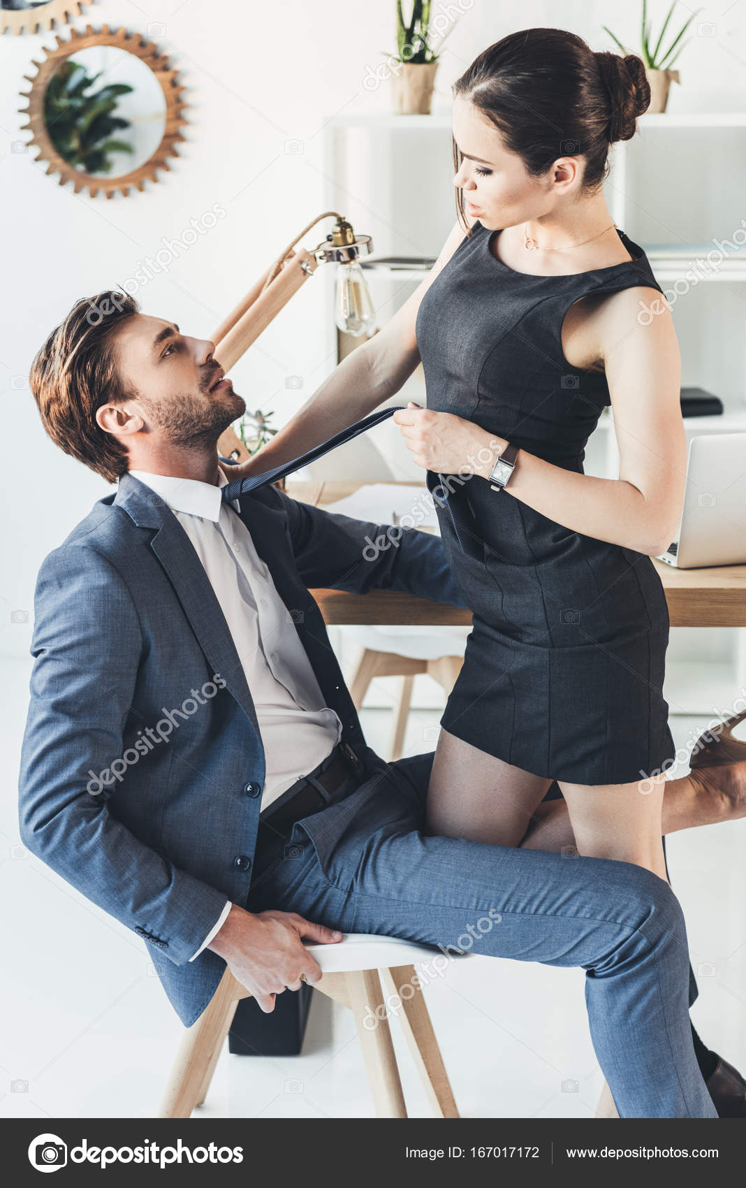 Frau zieht mann aus
