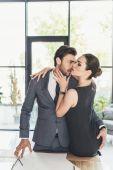 Paar macht sich im Büro bemerkbar