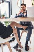 Fotografia Donna che flirta con luomo sotto tavolo