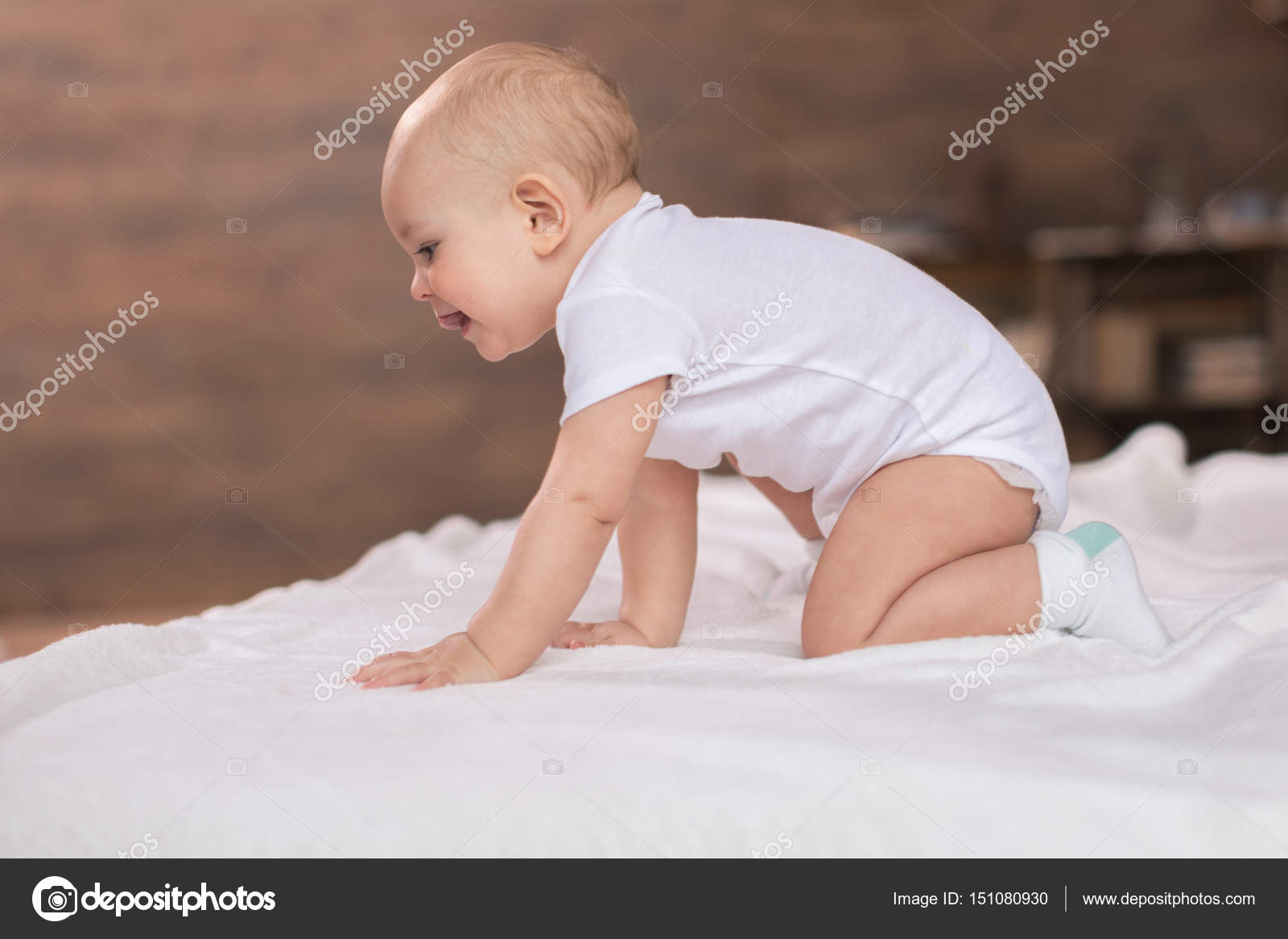 mignon petit gar on sur le lit photographie lenamiloslavskaya 151080930. Black Bedroom Furniture Sets. Home Design Ideas