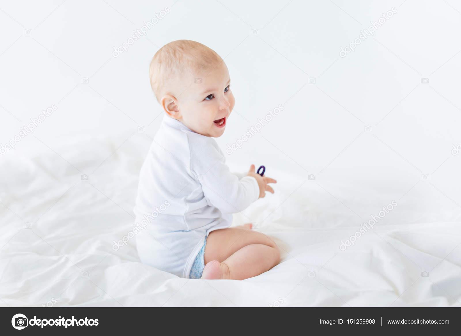 petit gar on assis sur le lit photographie lenamiloslavskaya 151259908. Black Bedroom Furniture Sets. Home Design Ideas