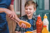Otec a syn vaření hot dog