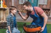 otec a syn Příprava grilu
