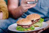 domácí hamburger na desce