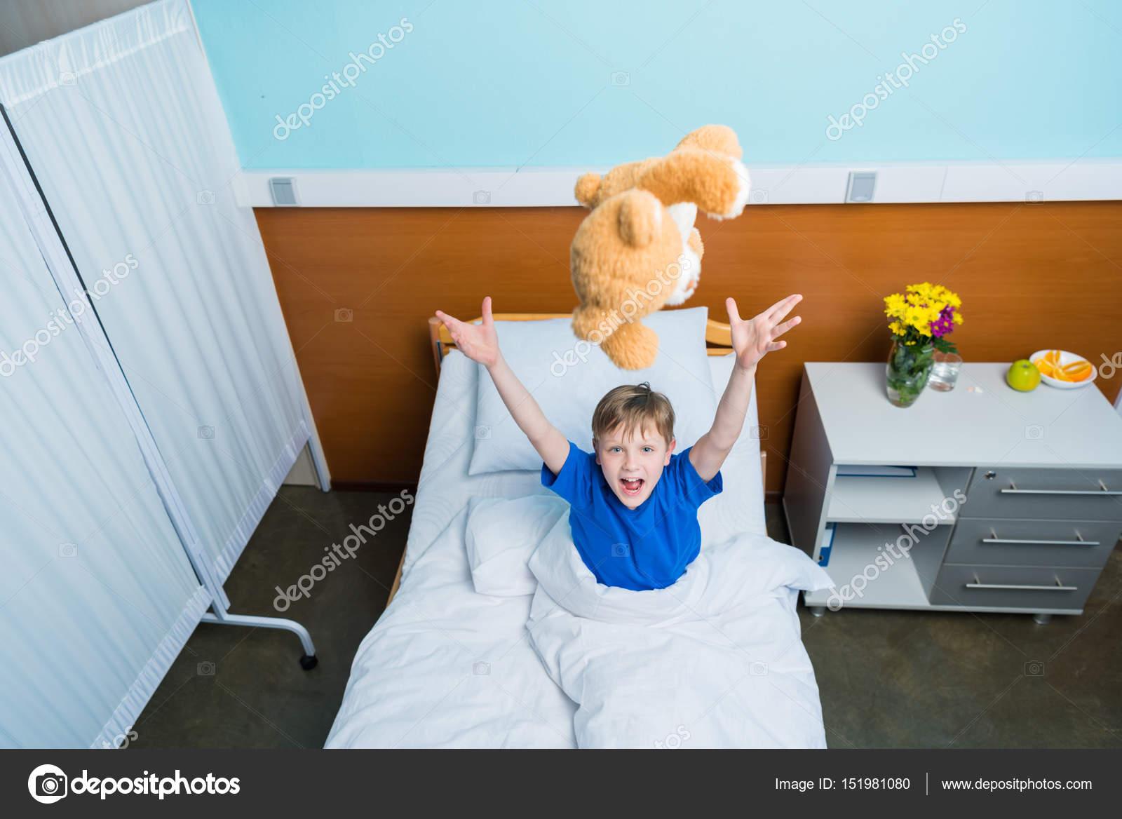 Angolo Letto Ospedale : Piccolo ragazzo nel letto di ospedale u foto stock alexlipa