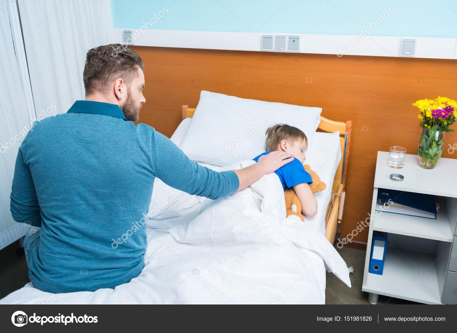 Angolo Letto Ospedale : Padre e figlio in ospedale u foto stock alexlipa