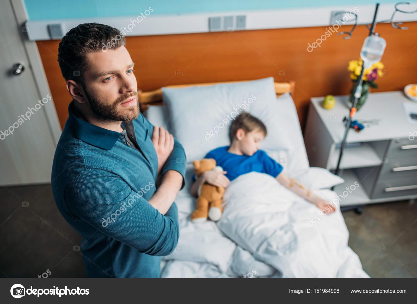 Angolo Letto Ospedale : Papa vicino a son nel letto di ospedale u foto stock alexlipa