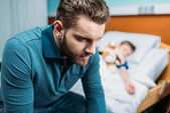 apa-fia, a kórházi ágyon közelében