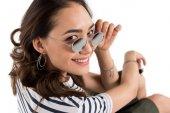 Usmívající se holka v brýlích