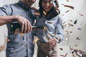 Fotografie Mladí lidé slaví se šampaňským