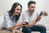 pár hraní video her doma