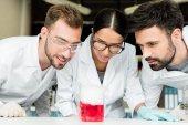 mladí vědci v laboratoři