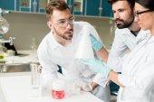Chemici, práce v laboratoři