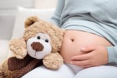 Fotografie pregnant woman with teddy bear