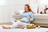Fotografie pregnant woman reading book