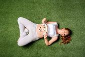 terhes nő hasa fejhallgató