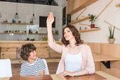 Fotografie Mutter und Sohn im Café