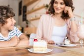 Matka a syn v kavárně