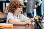Fotografie Junge sitzt auf der Schulbank