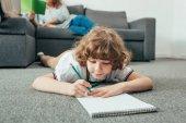 Kleiner Junge macht Hausaufgaben