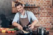 mladý muž, vaření