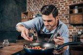 fiatal férfi főzés