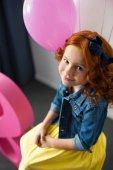 Fotografia adorabile ragazza redhead sorridente