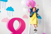 ragazza con palloncini alla festa di compleanno