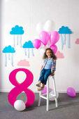 dívka s balonky na oslavu narozenin
