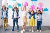 Fotografia multietnici bambini con palloncini alla festa di compleanno