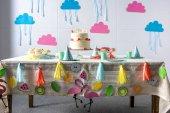 Fotografia torta di compleanno sulla tavola festiva