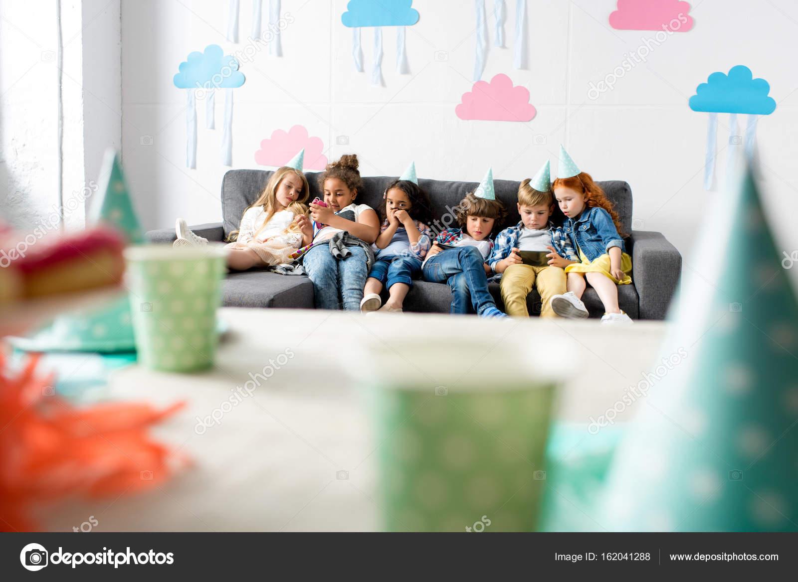 Uso Di Gadget Alla Festa Di Compleanno Per Bambini Foto Stock