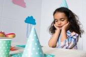 bambino arrabbiato alla festa di compleanno