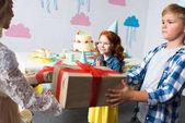 Fotografia bambini offrono doni a ragazza