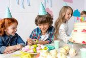 Fotografie Glückliche Kinder am Geburtstagstisch