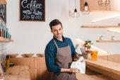 Lächelnder Barista im Café