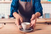 Barista s šálkem kávy
