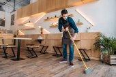 dělník čištění podlahu s vodící