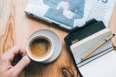üzletember, a kávé és a notebook az asztalon