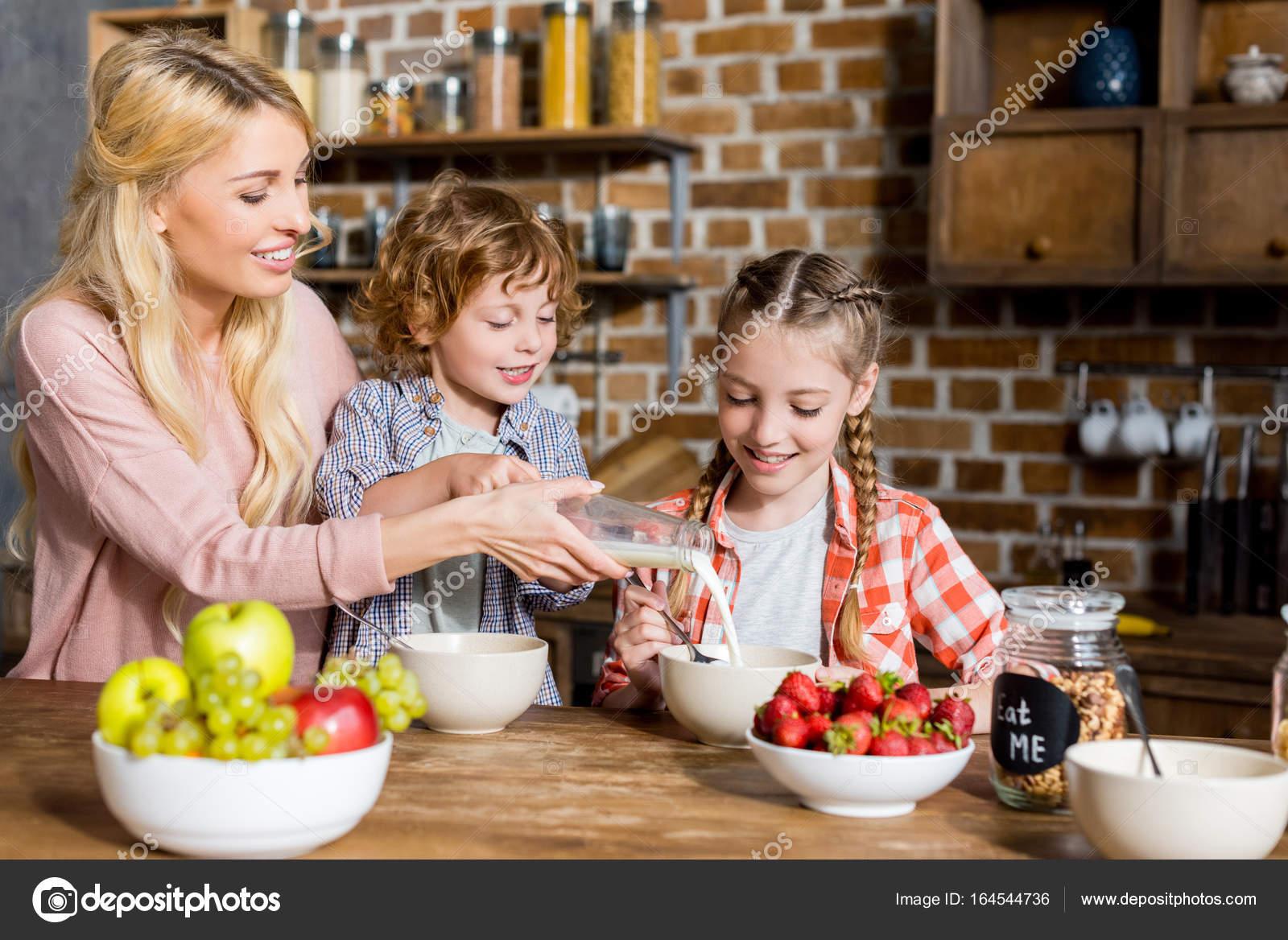 Madre Con Niños Desayunando