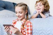 děti pomocí smartphonu
