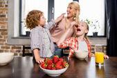 matka s dětmi jíst jahody