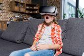 Fotografia Bambino in cuffie da realtà virtuale