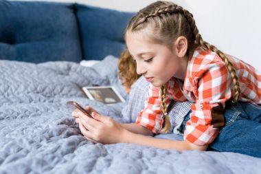 siblings using gadgets