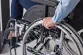 Behinderte Geschäftsfrau im Rollstuhl