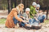 Familie machen Lagerfeuer